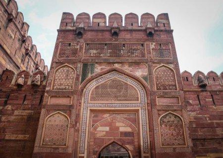 Photo pour Partie du Fort d'Agra à Agra (Inde). Le fort a été construit par les Moghols peuvent être plus précisément décrits comme une ville fortifiée à Agra (Inde) - image libre de droit