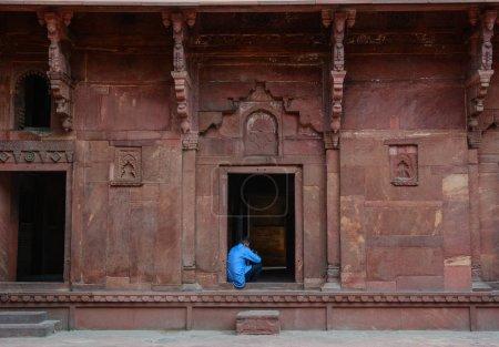 Photo pour Agra, Inde - 13 juillet 2015. Un homme indien assis au Fort d'Agra à Agra (Inde). Le fort fut la principale résidence des empereurs de la dynastie moghole jusqu'en 1638 - image libre de droit