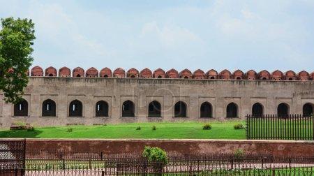 Photo pour Partie du Fort d'Agra avec le jardin à Agra (Inde). Le fort fut la principale résidence des empereurs de la dynastie moghole jusqu'en 1638 - image libre de droit