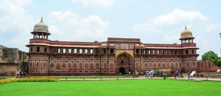 Photo pour Agra, Inde - 13 juillet 2015. Personnes visitent le Fort Rouge à Agra (Inde). Le fort a été construit par les Moghols peuvent être plus précisément décrits comme une ville fortifiée à Agra (Inde) - image libre de droit