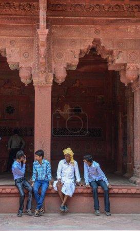 Photo pour Agra, Inde - 13 juillet 2015. Gens assis au Fort d'Agra à Agra (Inde). Le fort fut la principale résidence des empereurs de la dynastie moghole jusqu'en 1638 - image libre de droit