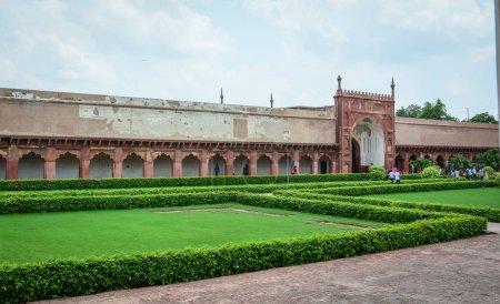 Photo pour Agra, Inde - 13 juillet 2015. Personnes visitent le jardin du Fort d'Agra à Agra (Inde). Le fort fut la principale résidence des empereurs de la dynastie moghole jusqu'en 1638 - image libre de droit