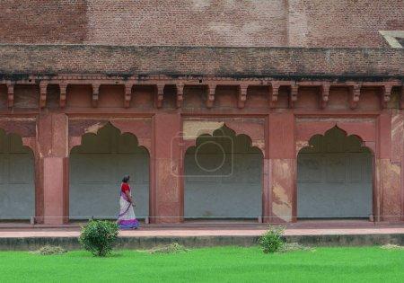 Photo pour Agra, Inde - 13 juillet 2015. Une femme en costume traditionnel (sari) à pied au Fort d'Agra à Agra (Inde) - image libre de droit