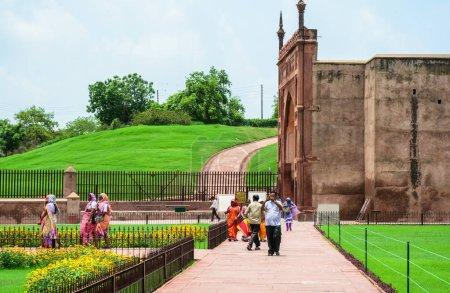 Photo pour Agra, Inde - 13 juillet 2015. Les populations locales visitent le Fort d'Agra à Agra (Inde). Le fort fut la principale résidence des empereurs de la dynastie moghole jusqu'en 1638 - image libre de droit