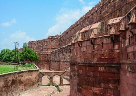 Photo pour Fort d'Agra avec le jardin à Agra (Inde). Le fort a été construit par les Moghols peuvent être plus précisément décrits comme une ville fortifiée à Agra (Inde) - image libre de droit