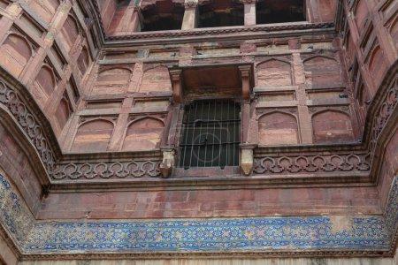Photo pour Une fenêtre sur mur de grès au Fort d'Agra à Agra (Inde) - image libre de droit