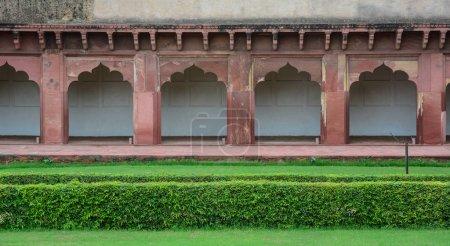 Photo pour Foyer de grès rouge hôtel avec jardin au Fort d'Agra à Agra (Inde) - image libre de droit