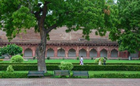 Photo pour Agra, Inde - 13 juillet 2015. Promeneurs au jardin du Fort d'Agra à Agra (Inde). Le fort fut la principale résidence des empereurs de la dynastie moghole jusqu'en 1638 - image libre de droit