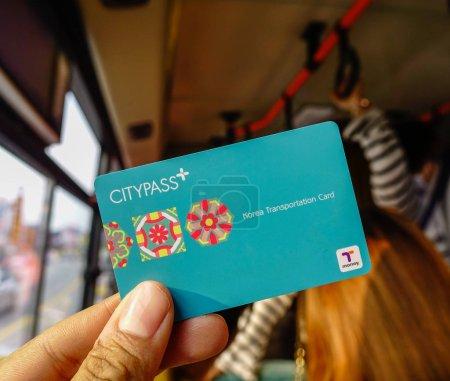 Photo pour Séoul, Corée du Sud - 6 février 2015. Passagers montrant la carte Citypass sur bus de Séoul. La carte peut être utilisée par de nombreux transports en commun en Corée du Sud. - image libre de droit