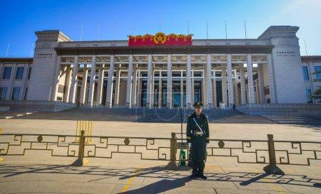 Photo pour Beijing, Chine - 1er mars 2018. Un garde debout au bâtiment du gouvernement à Pékin, en Chine . - image libre de droit