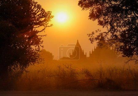Foto de Amanecer en pagodas budistas en Bagan, Myanmar. Bagan es una antigua ciudad situada en la región de Mandalay de Myanmar. - Imagen libre de derechos