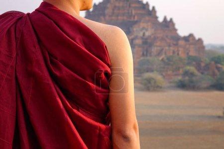 Photo pour Un jeune moine debout dans un ancien temple à Bagan, Myanmar . - image libre de droit