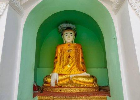 Photo pour Une statue de Bouddha à la pagode Shwedagon à Yangon, Myanmar . - image libre de droit