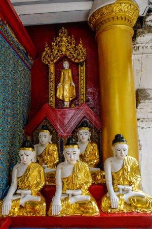 Photo pour Statues de Bouddha de la pagode Shwedagon Paya à Yangon, Myanmar. Shwedagon est la pagode bouddhiste la plus sacrée du Myanmar . - image libre de droit
