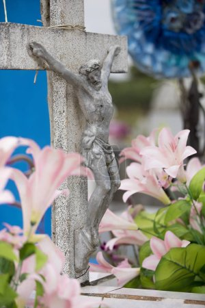 Photo pour Un crucifix est entouré d'un décor de fleurs pour la fête des morts au Mexique. - image libre de droit