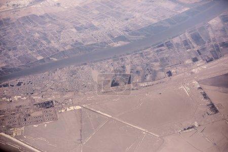 Photo pour Villes le long de la frontière entre l'Iran et l'Irak le long de la rivière Shatt al-arab avec des déversements de pétrole au premier plan. - image libre de droit