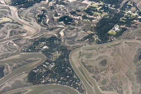 Photo pour Vue aérienne élevée des fleuves et des îles dans la région de Beaufort, Caroline du Sud. - image libre de droit