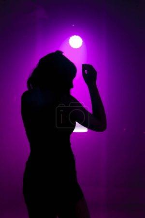 Foto de Joven bailando en un club nocturno - Imagen libre de derechos