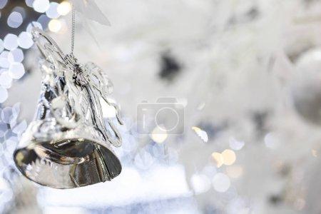 Foto de Decoración de Navidad campana sobre fondo borroso de vacaciones brillante de plata - Imagen libre de derechos