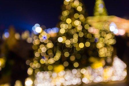 Photo pour Lumières de Noël dans la ville avec l'effet bokeh et flou - image libre de droit