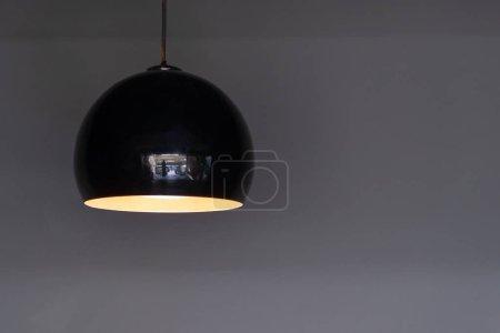 Photo pour Boule de lumière noire lampes design moderne de plafond suspendu ampoule décoration intérieure - image libre de droit