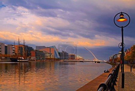 Photo pour Pont Samuel Beckett traversant la rivière Liffey, Dublin, Irlande - image libre de droit