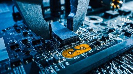 Foto de Disparo de cierre de Macro de la máquina de fábrica en el trabajo: Tablero de circuito impreso que se ensambla con un arco robótico, tecnología montada en superficie que conecta microchips, procesador de CPU con la placa base.. - Imagen libre de derechos