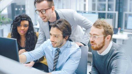 Im modernen Büro: Verschiedene Teams von Geschäftsleuten und Geschäftsfrauen arbeiten am Computer, diskutieren und versuchen, gemeinsam Problemlösungen zu finden. Junge und motivierte Unternehmer reden und planen