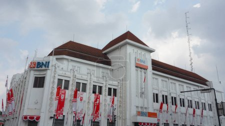 Photo pour 15 août 2020, Yogyakarta, Indonésie : Bâtiment BNI 46 Yogyakarta. L'emplacement est juste au point Jogja 0KM. avec drapeau indonésien pour célébrer la fête de l'indépendance de l'Indonésie - image libre de droit