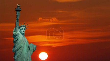 Photo pour Statue de la Liberté et ciel dramatique au lever du soleil - image libre de droit