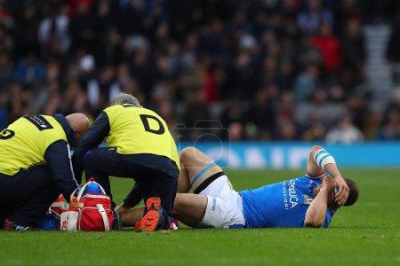 Photo pour Londres, Angleterre - 9 mars 2019: Tommaso Castello d'Italie reçoit un traitement pour une blessure lors du match de Guinness Six Nations entre l'Angleterre et l'Italie au stade de Twickenham - image libre de droit