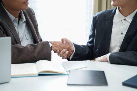 Photo pour Gros plan de deux hommes d'affaires exécutifs serrer la main, embauche de l'heure et un nouvel emploi, faire affaire avec succès entreprise, accord professionnel, partenariat et le concept de poignée de main de travail d'équipe - image libre de droit
