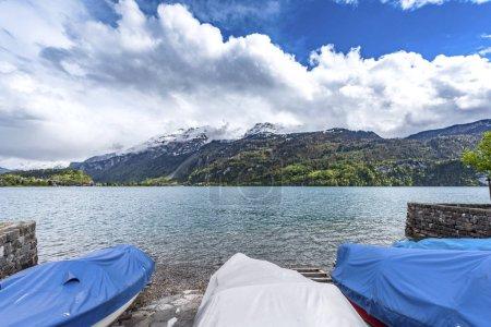 Photo pour Bateaux sur le lac Brienz par une journée ensoleillée - image libre de droit