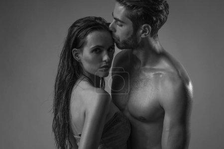 Photo pour Tournage d'un couple jeune et intime avec les grands corps. - image libre de droit