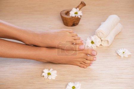 Photo pour L'image de l'idéal fait manucure et pédicure. Femelle de mains et les jambes à l'endroit de spa. - image libre de droit