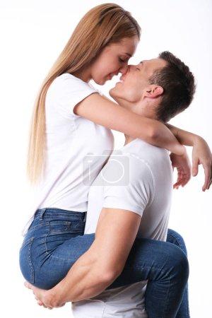 Photo pour Bel homme piggyback son copine sur blanc - image libre de droit