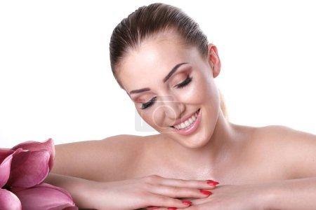 Photo pour Belle femme avec le maquillage isolé sur le fond blanc. - image libre de droit