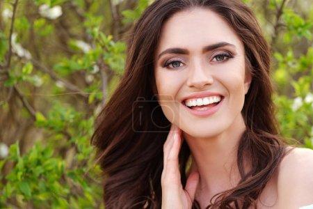Photo pour La belle brunette sourit à l'appareil-photo. - image libre de droit