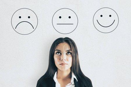 Photo pour Attrayant portrait de femme d'affaires européenne avec une note moyenne smiley. Concept de service - image libre de droit
