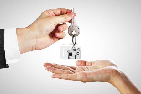 Photo pour Homme d'affaires, remise des clés sur fond blanc. Concept de prêt hypothécaire et agent - image libre de droit