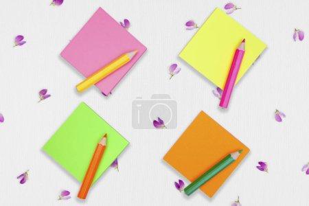 bloc-notes adhésifs colorés vierges avec crayons de couleur