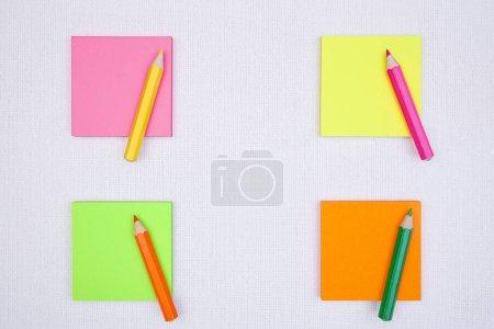 notes autocollantes vierges avec crayons de couleur