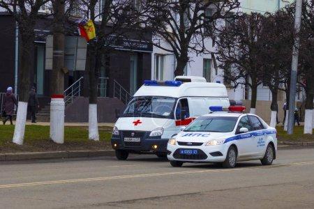 Photo pour Service d'ambulance et de patrouille routière. Ville de Cheboksary, République Tchouvach, Russie, 01 / 05 / 2018 - image libre de droit