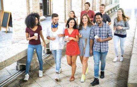 Photo pour Groupe d'amis multiraciaux marchant dans le centre-ville - Happy guys and girls having fun around old town streets - Étudiants universitaires en vacances d'été après l'heure de la fin de l'école - Filtre lumineux de jour - image libre de droit