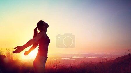 Photo pour Liberté et concept sain - Belle jeune fille contre le coucher du soleil - image libre de droit