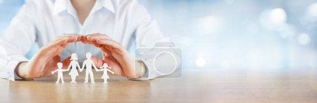 Photo pour Soins et protection de la famille - Concept d'assurance - image libre de droit