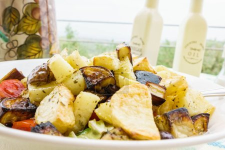 Photo pour Gros plan de salade fraîche sur plaque, mise au point sélective - image libre de droit