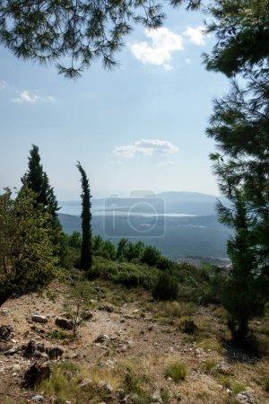 Foto de Paisaje pintoresco de la montaña y el río contra el cielo nublado, Delfos, Grecia - Imagen libre de derechos
