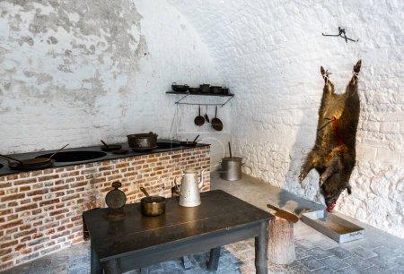 Photo pour Sanglier suspendu dans la cuisine de l'abattoir - image libre de droit