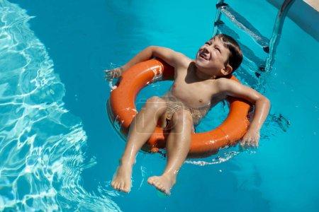 Photo pour Garçon, flottant sur l'anneau de natation gonflable - image libre de droit